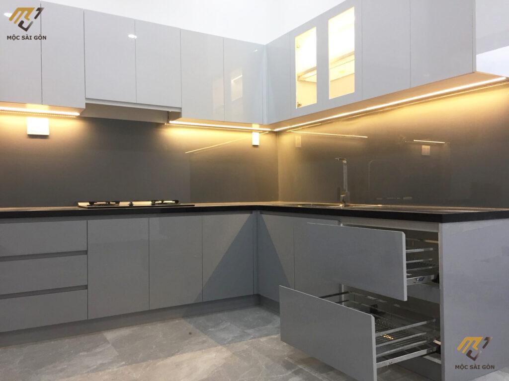 Tủ bếp acrylic bóng gương tại hậu giang